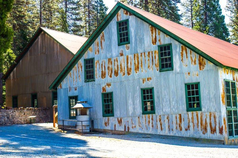 Lato di Rusty Corrugated Tin Building Used nei lavori minerari fotografia stock