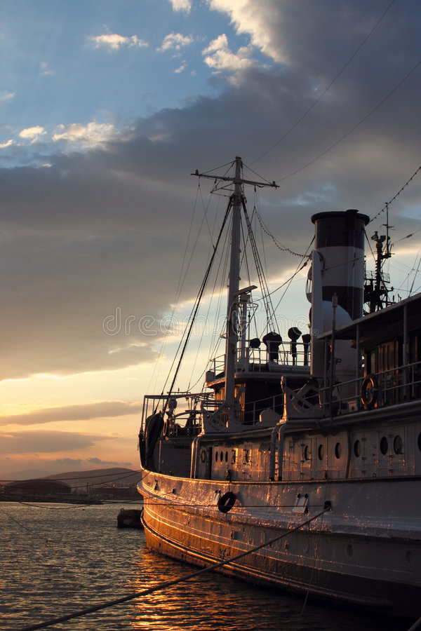 Lato di vecchia barca al tramonto immagini stock libere da diritti