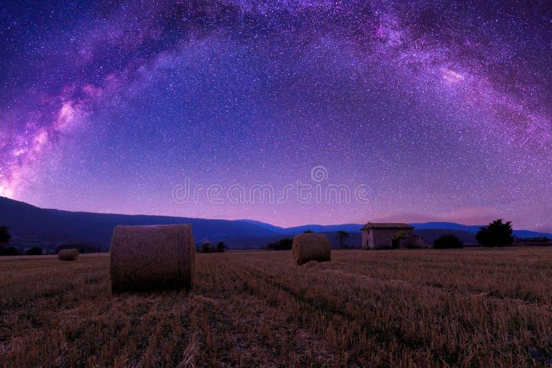 Lato droga mleczna nad ziemi uprawnej i słomy belami w Provence obraz royalty free
