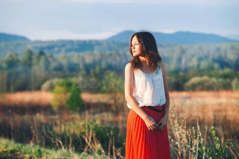 Lato dziewczyna na naturze na naturalnym tle łąka obrazy stock