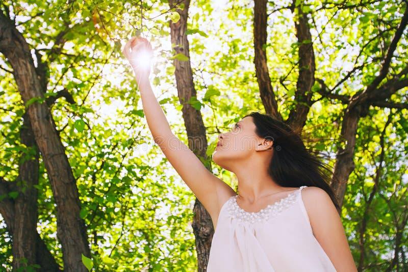 Lato dziewczyna na naturze z świeżym jabłkiem w rękach zdjęcie royalty free