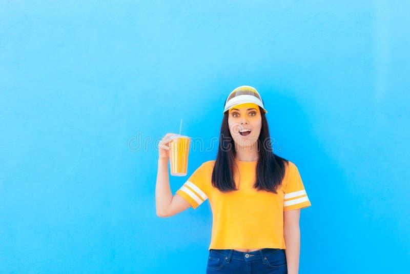 Lato dziewczyny mienia lemoniady Świeży sok Jest ubranym kolor żółtego fotografia royalty free