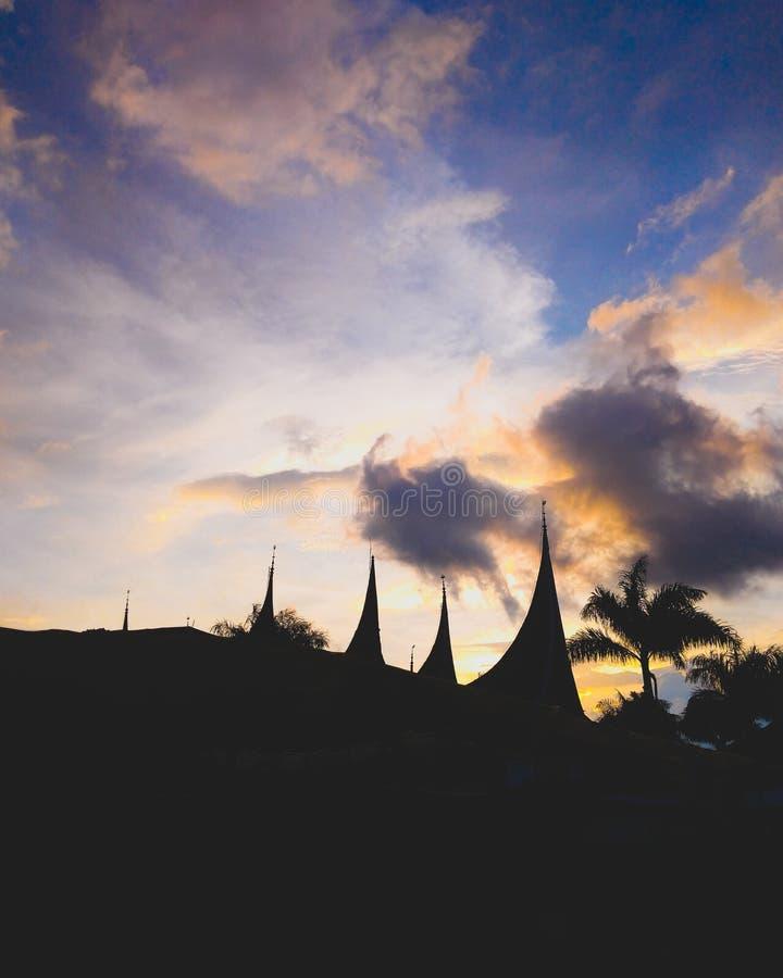 lato e cieli della siluetta nel pomeriggio immagine stock