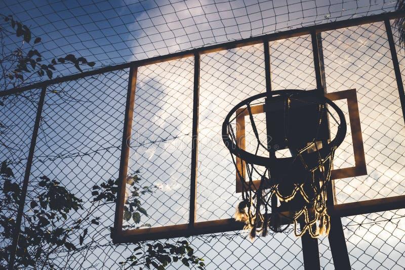 Lato e vista dal basso da un cerchio di pallacanestro fotografia stock libera da diritti