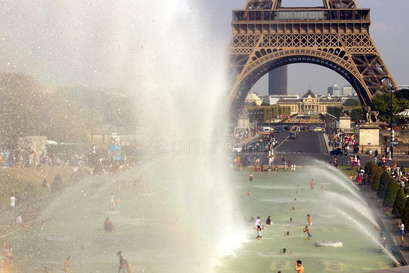 Lato fala upałów Paryż Trocadero fontanny wieżą eifla obrazy royalty free