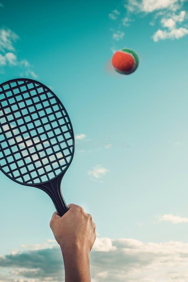 Lato gra badminton lub plaża tenis przeciw niebu Pojęcie lato rodziny rozrywka zdjęcie royalty free