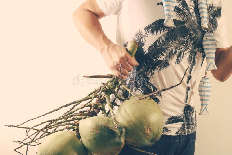 Lato i wakacyjny mody pojęcie Mężczyzna Jest ubranym drzewka palmowego graphi obraz stock