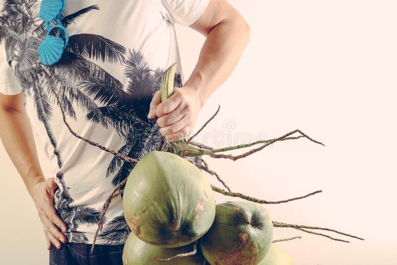 Lato i wakacyjny mody pojęcie Mężczyzna Jest ubranym drzewka palmowego graphi zdjęcie stock