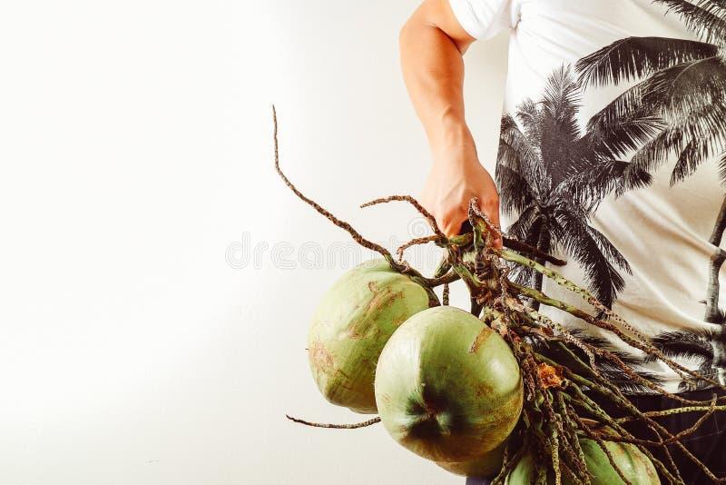Lato i wakacyjny mody pojęcie Mężczyzna Jest ubranym drzewka palmowego graphi zdjęcia royalty free