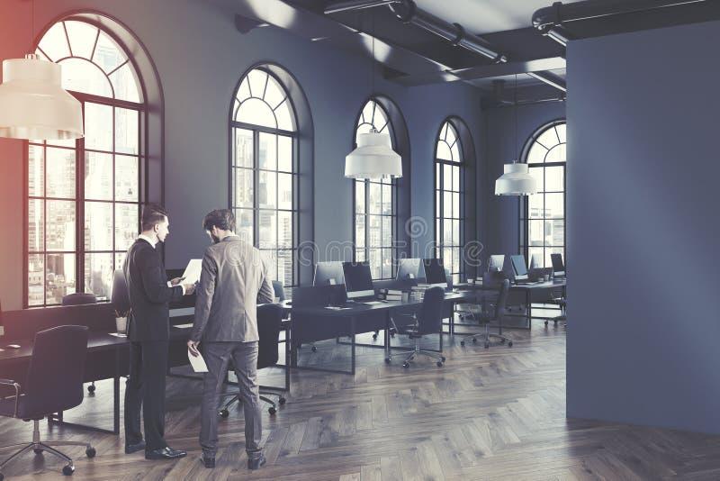 Lato interno dell'ufficio grigio dello spazio aperto tonificato royalty illustrazione gratis