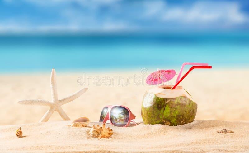 Lato kokosowy koktajl na plaży zdjęcie stock