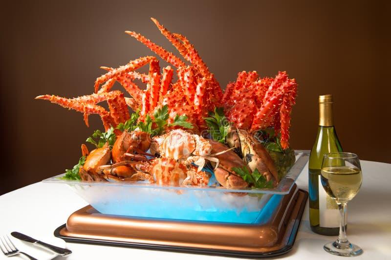 Lato kraba uczty obiadowy bufet cieszyć się Alaska królewiątka kraba nogi a fotografia stock
