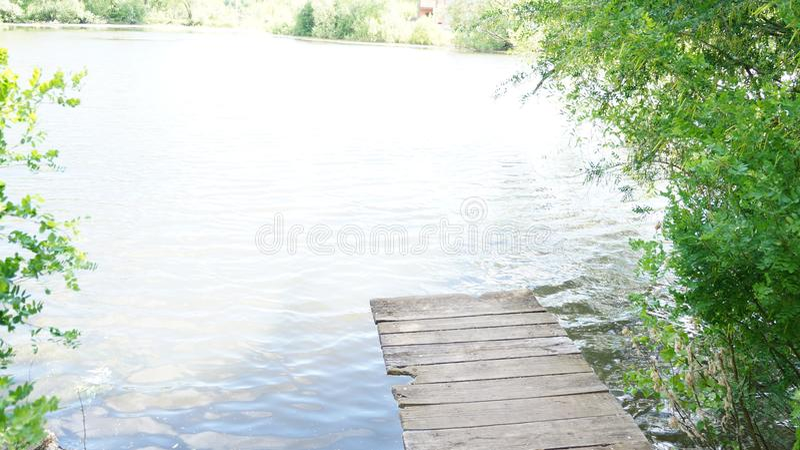 Lato krajobraz, most na brzeg staw zdjęcie royalty free