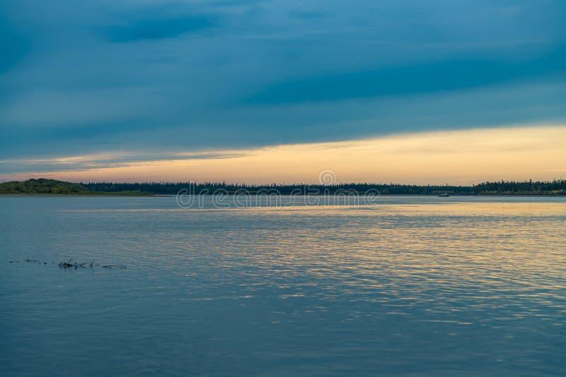 Lato krajobraz na bankach zielona rzeka przy zmierzchem, Rosja fotografia stock