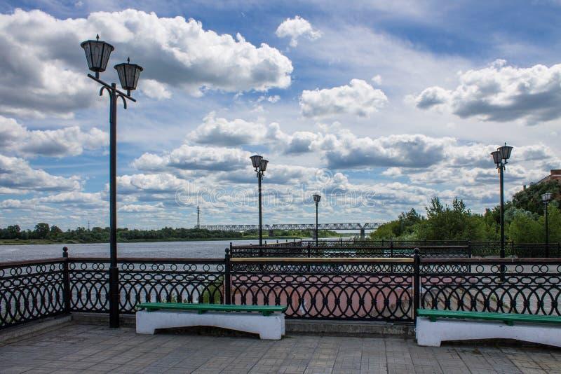 Lato krajobraz na Oko rzece w Mur, Rosja z kolejowym mostem zdjęcie royalty free