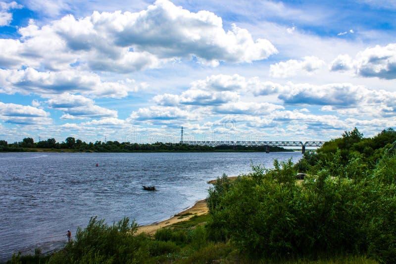 Lato krajobraz na Oko rzece w Mur, Rosja z kolejowym mostem zdjęcia royalty free
