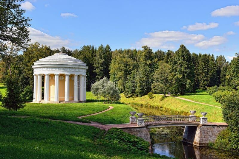 Lato krajobraz Pavlovsk ogród. Świątynia przyjaźń obraz stock