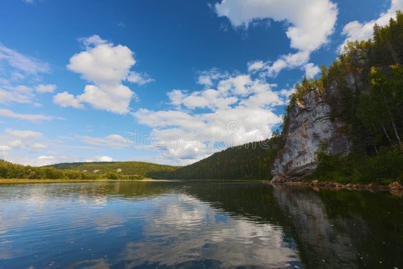 LATO krajobraz Rzeczny Vishera góry ural fotografia stock