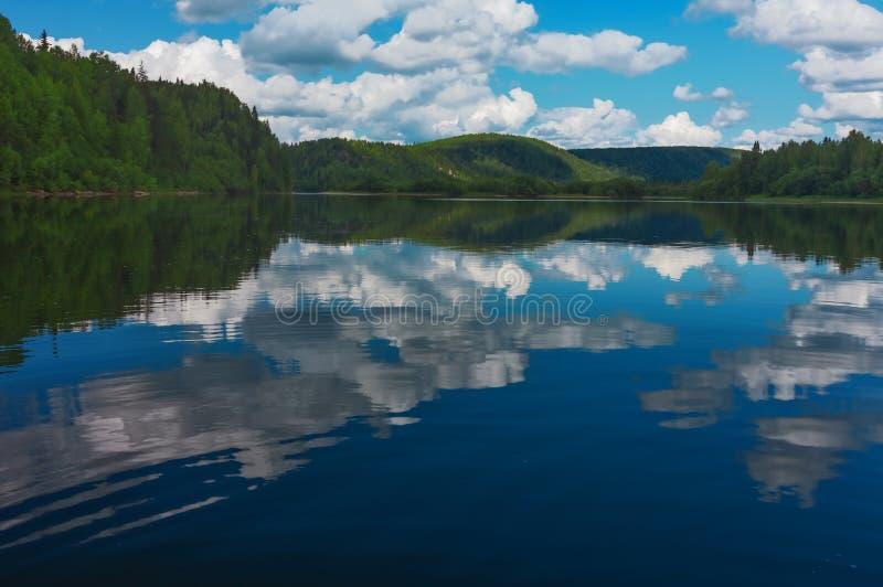LATO krajobraz Rzeczny Vishera góry ural fotografia royalty free