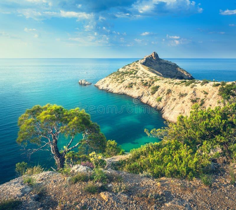 Lato krajobraz w górach na seashore fotografia stock