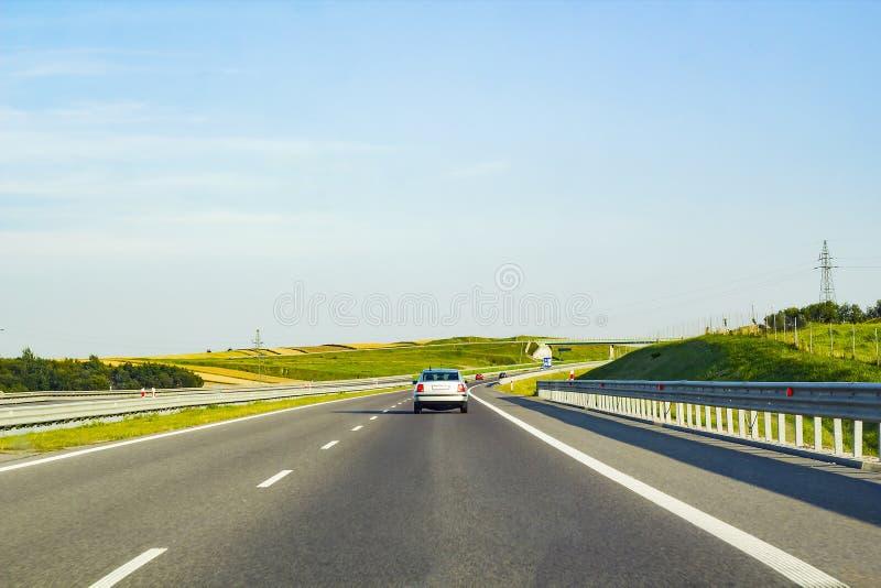 Lato krajobraz z drogą i samochodu jeżdżeniem fotografia royalty free