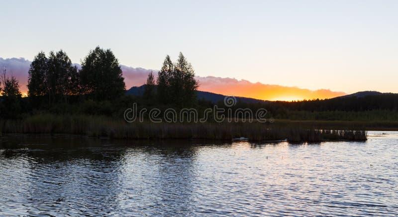 Lato krajobraz z rzecznym spływaniem między zielonymi wzgórzami na tle kolorowy zmierzchu niebo Ural region, Rosja fotografia royalty free