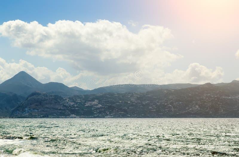 Lato krajobraz z słońcem, morzem i pasmem górskim, obraz stock