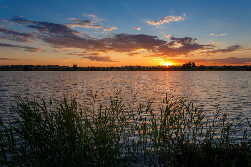 LATO krajobraz zachód słońca nad wodą fotografia royalty free