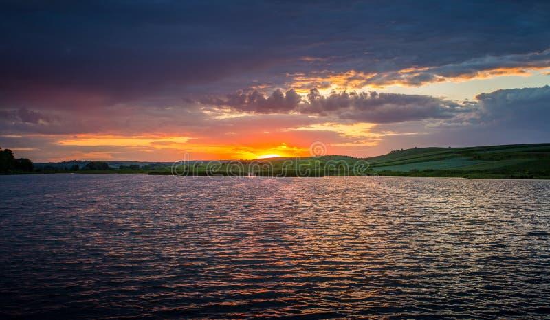 LATO krajobraz zachód słońca nad wodą obraz stock