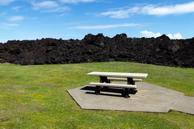 Lato 2018 Lava Flow Tuż Przy Stole Piknikowym I Polu W Parku Plażowym Isaac Hale, Pohoiki, Wielka Wyspa Hawajów, Stany Zjednoczon fotografia stock