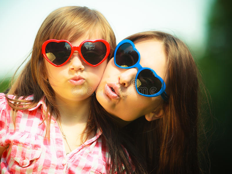 Lato Matkuje i żartuje w okularach przeciwsłonecznych robi śmiesznym twarzom zdjęcie royalty free