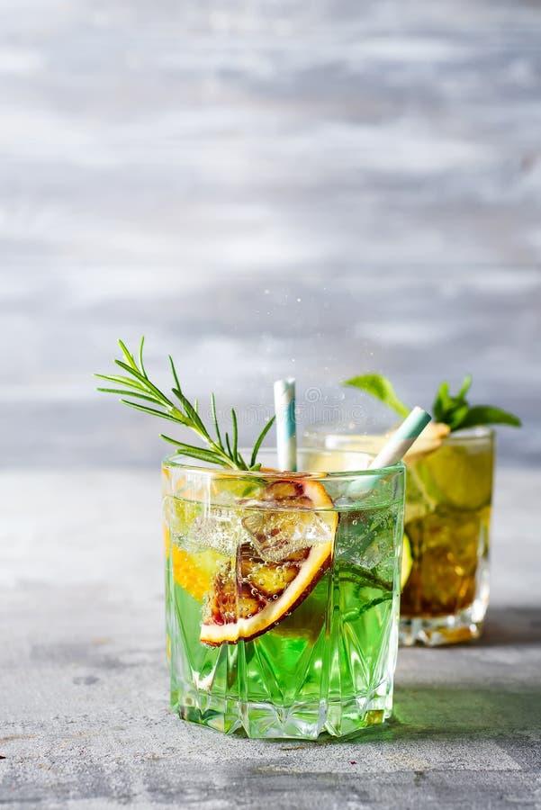 Lato mennicy wapna koktajlu odświeżający mojito z rumem i lodem w szkle na kamiennym tle obrazy royalty free