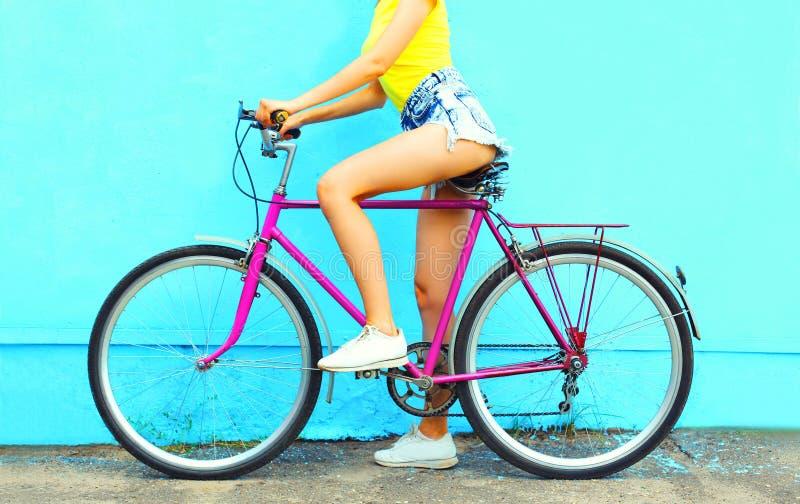 Lato mody kobieta z bicyklem obrazy stock