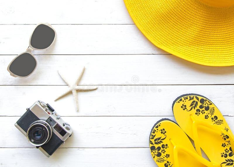 Lato mody kobiety żółty duży kapelusz i akcesoria w plaży tropikalne morza Niezwykły odgórny widok, drewniany biały tło fotografia royalty free