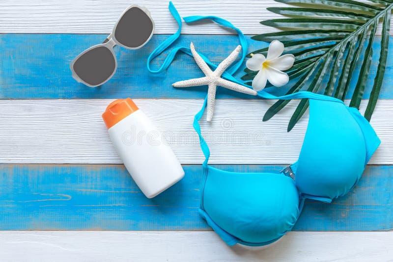 Lato mody kobiety swimsuit błękitny bikini, rozgwiazda, sunblock, słońc szkła i zdrój, kwitniemy Podróż i wakacje w wakacje, fotografia stock