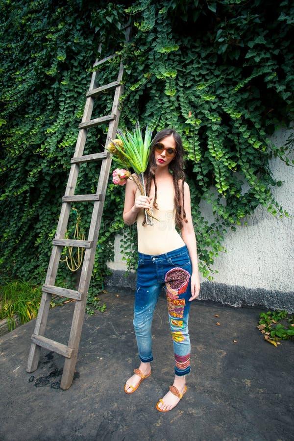 Lato mody młoda kobieta z okulary przeciwsłoneczni hipisa stylu cajgami zdjęcie royalty free