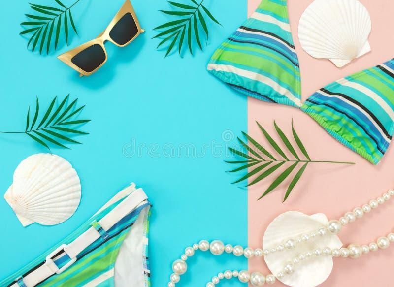 Lato mody mieszkanie kłaść na błękita i menchii tle zdjęcie royalty free