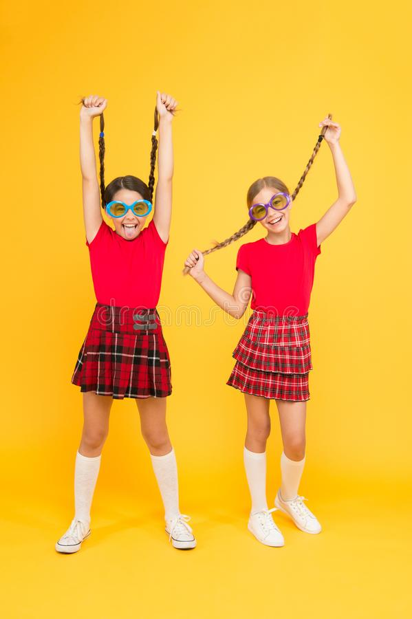 Lato mody trend Żartuje modnych przyjaciół pozuje w okularach przeciwsłonecznych na żółtym tle b??kitny ch?opiec biurka dziewczyn zdjęcie stock