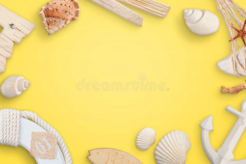 Lato, morze, podróży pojęcie z skorupami na koloru żółtego stole zdjęcia stock