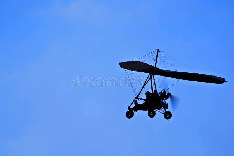 Lato motorizzato dell'aliante di caduta durante il volo - sopra fotografia stock libera da diritti