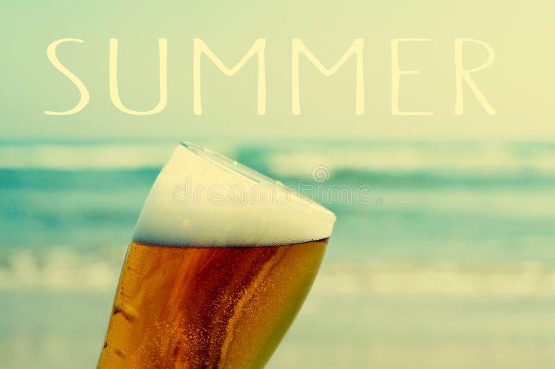 Lato na plaży z odświeżającym piwem zdjęcie royalty free