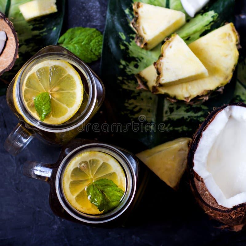 Lato napój, koktajl, herbata, tropikalne owoc, ananas, koks, wapno, lata tło obrazy stock
