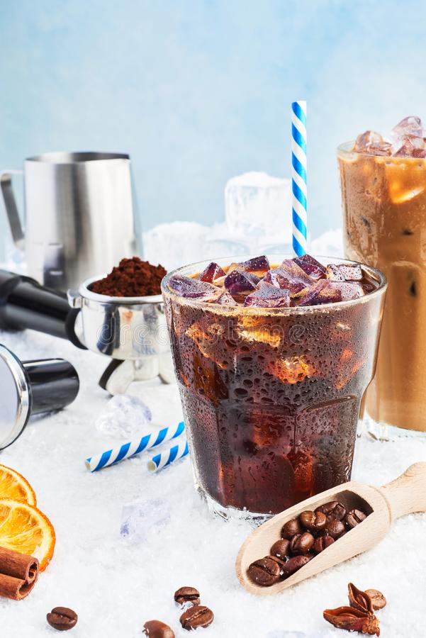 Lato napój zamrażał kawę lub sodę w lodowej kawie z śmietanką w wysokim szkle otaczającym lodem i szkle Barista pojęcie zdjęcie stock