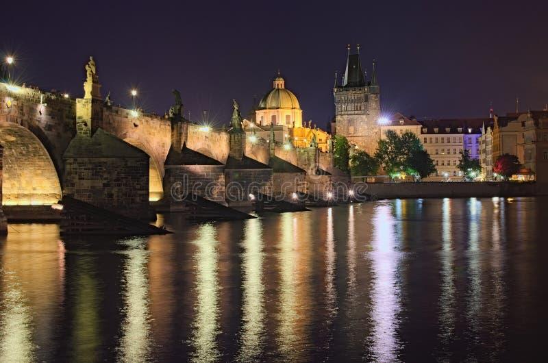 Lato nocy widok dziejowa część Praga Vltava rzeka, Mala Strana mosta wierza i Charles most z iluminacją, zdjęcie stock