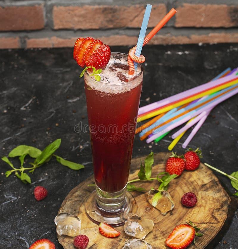 Lato odświeża zdrowego napój, truskawkowy smoothie fotografia royalty free
