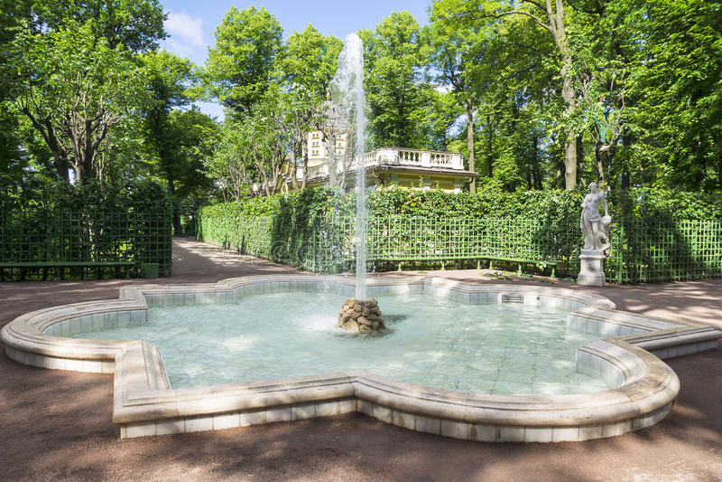 Lato ogród w St Petersburg, Rosja fotografia stock