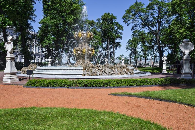 Lato ogród w St Petersburg, Rosja zdjęcia royalty free