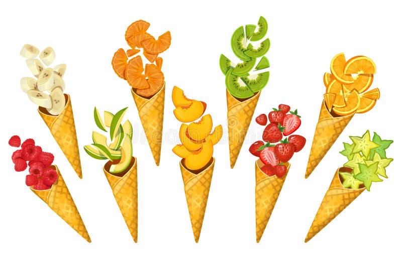 Lato owoc w lodów rożkach Banany, pomarańcze, mango, truskawki, carambole, kiwi, etc Pokrojone lato owoc w rożkach ilustracja wektor