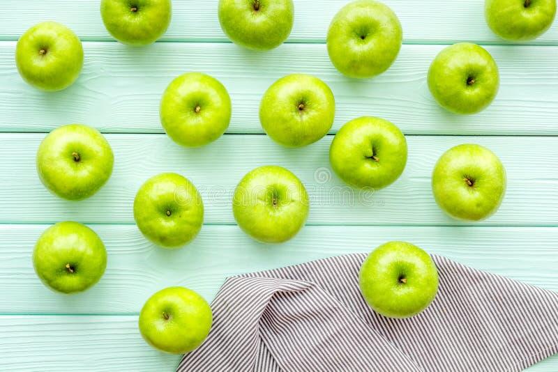 Lato owoc wzór z jabłkami na lekkim drewnianym tło odgórnego widoku copyspace obrazy royalty free