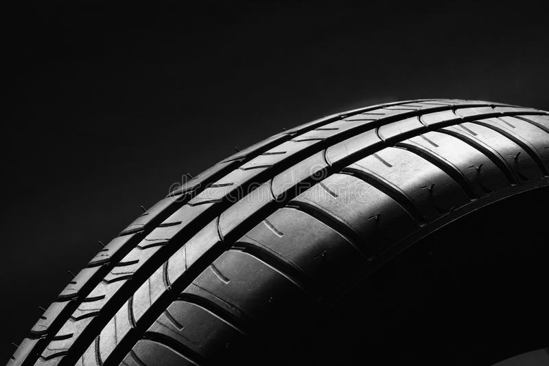 Lato paliwowa skuteczna samochodowa opona na czarnym tle obraz royalty free